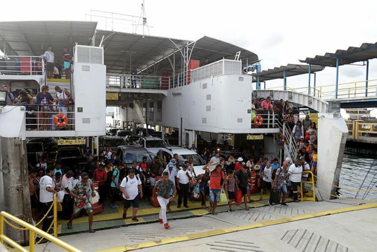 O movimento de passageiros no ferry aumentou na tarde desta segunda-feira, 24 - Foto: Uendel Galter | Ag. A TARDE