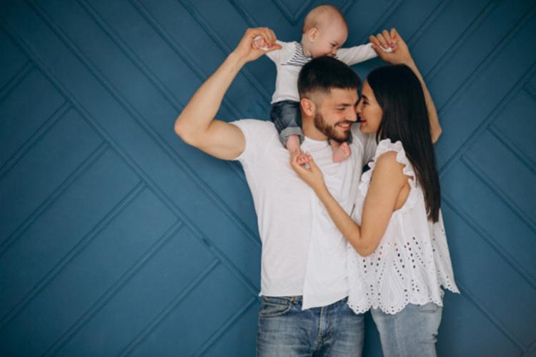 Especialista destaca a importância de cuidar do relacionamento mesmo com as dificuldades após a chegada do bebê - Foto: Ilustrativa | Freepik