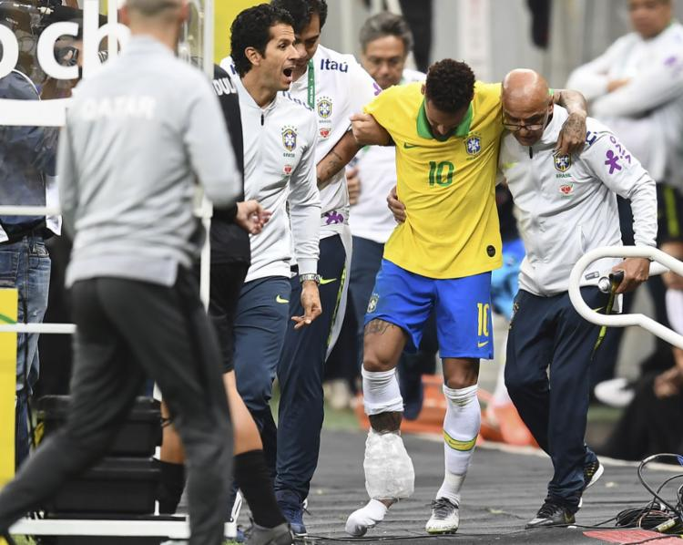 O atacante reclamou de dores no tornozelo direito e saiu de campo aos 17 minutos do primeiro tempo - Foto: Evaristo Sa l AFP