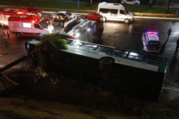 Ônibus capotou em frente ao shopping e caiu na BR-324 - Foto: Adilton Venegeroles | Ag. A TARDE