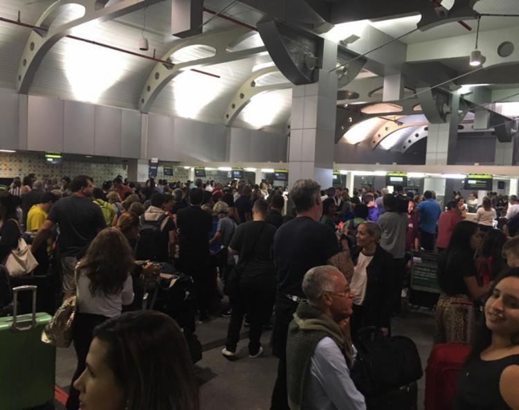 Segundo passageiros que estão no local, outra grave ocorrência vem interferindo no caos instalado no local. - Foto: Cidadão Repórter via Whats App