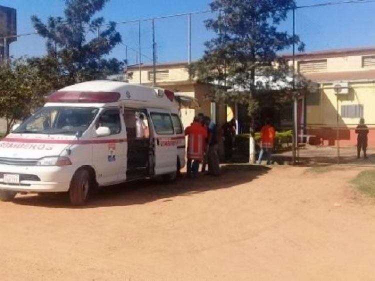 Ambulância parada em frente ao presídio onde a rebelião foi registrada - Foto: Reprodução