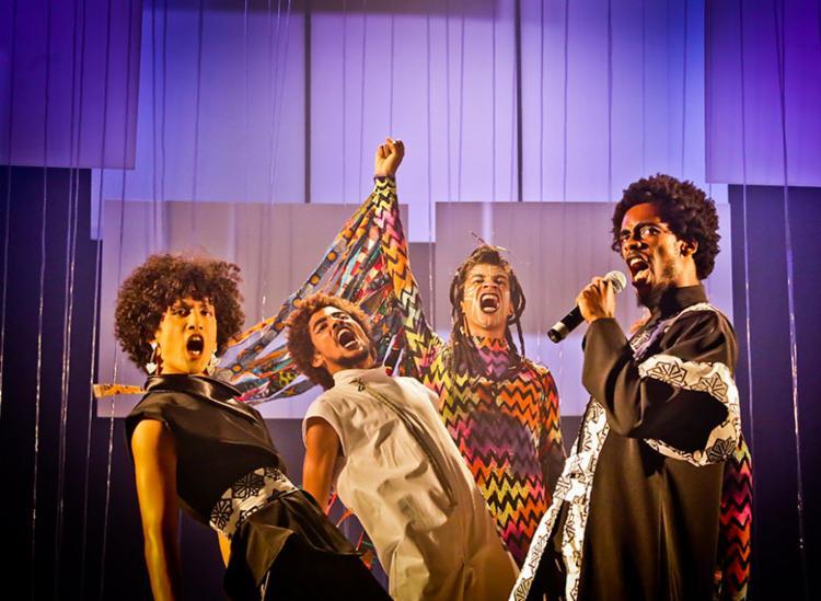 Espetáculo possui elenco majoritariamente negro e discute sobre racismo - Foto: Adeloyá Magnoni | Divulgação