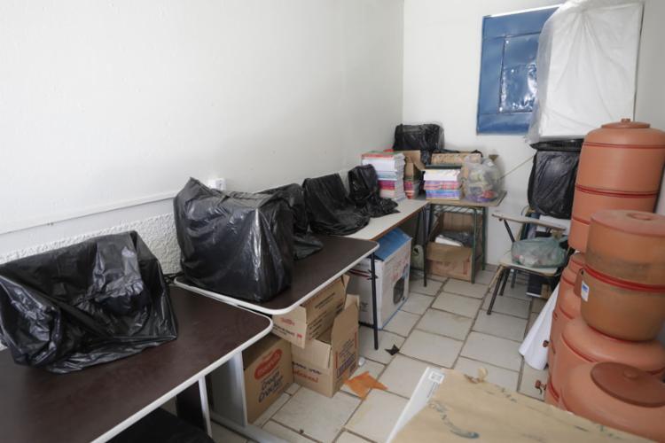 Sem uso, sala de informática vira depósito de materiais - Foto: Adilton Venegeroles l Ag. A TARDE