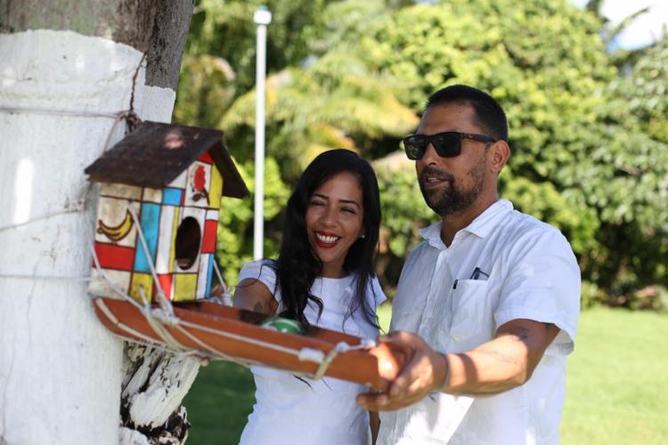 Dentista Tacilo Santana constrói os poleiros com a ajuda de sua namorada, a arquiteta Aila Ribeiro - Foto: Raul Spinassé   Ag. A TARDE