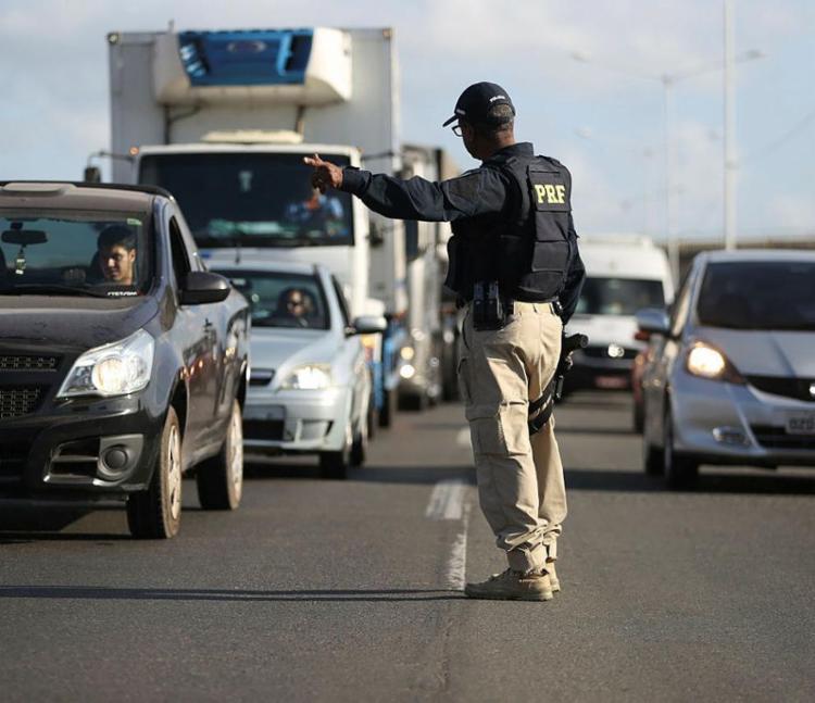 Foram fiscalizados pela PRF um total de 9.837 veículos e 9.443 pessoas - Foto: Joá Souza | Ag. A TARDE