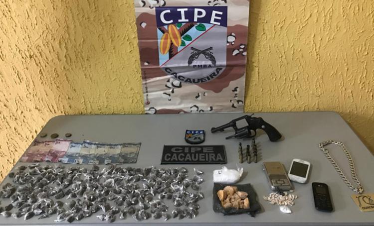 Com os suspeitos, foram apreendidos um revólver calibre 38, 204 trouxas de maconha, 51 pedras de crack e uma porção de cocaína - Foto: Divulgação | SSP