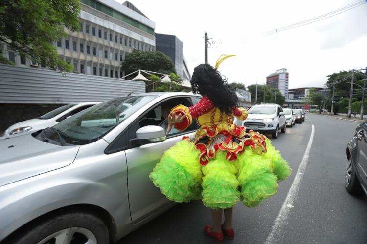 Tamiles faz performance e pede colaboração do motoristas | Uendel Galter | Ag. A TARDE