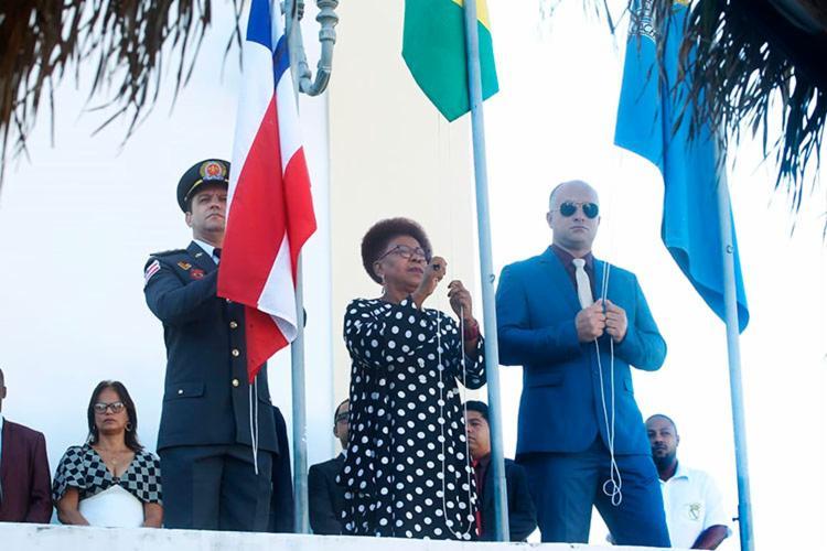 Hasteamento das bandeiras é um dos atos tradicionais realizados na cerimônia - Foto: Carol Garcia | GOVBA