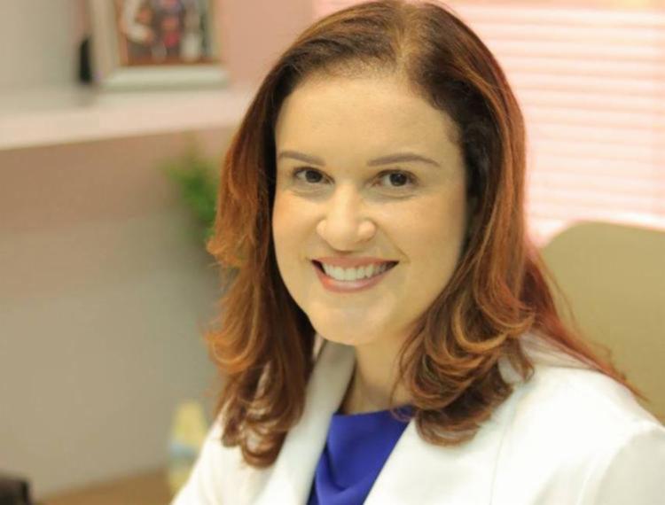 Cláudia Costa é médica especialista em reumatologia pela Faculdade de Medicina da Universidade de São Paulo (FMUSP), além de pós graduada em acupuntura e reumatologista do Ministério da Defesa.
