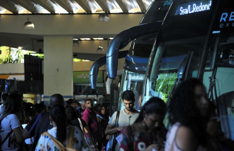 Movimento intenso na rodoviária de Salvador deixa trânsito congestionado - Foto: Felipe Iruatã | Ag. A TARDE