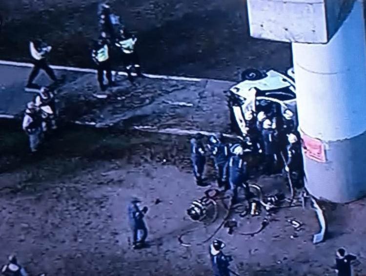 O condutor foi resgatado por agentes do Corpo de Bombeiros Militar da Bahia - Foto: Reprodução | TV Record