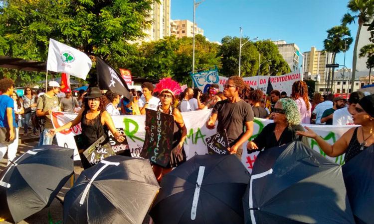 Com cartazes e palavras de ordem, o grupo saiu do Campo Grande em direção à praça Castro Alves - Foto: Raul Aguilar | Ag. A TARDE