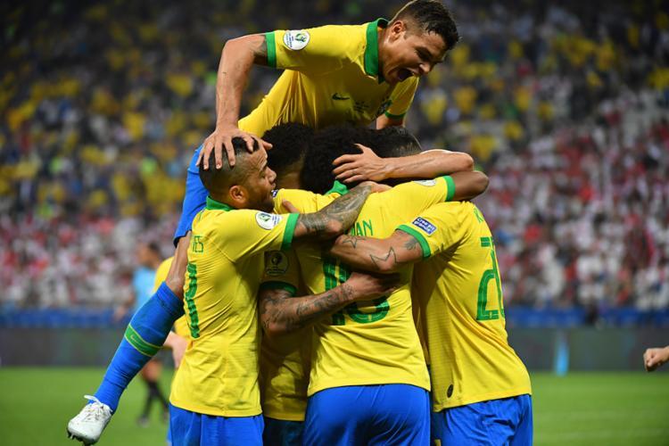 Jogadores comemoram resultado e bela atuação da equipe - Foto: Nelson Almeida | AFP