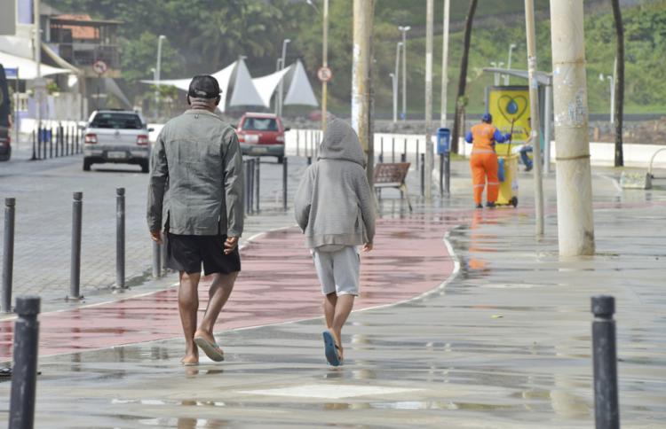 Tempo chuvoso reduziu a movimentação na orla - Foto: Shirley Stolze l Ag. A TARDE