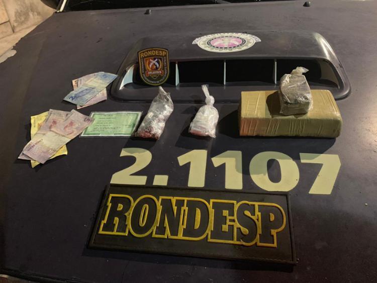 Com eles foram apreendidos 55 pinos de cocaína, um tablete de maconha, 12 trouxas da mesma erva, além de uma quantia de R$ 47,00 - Foto: Divulgação | SSP