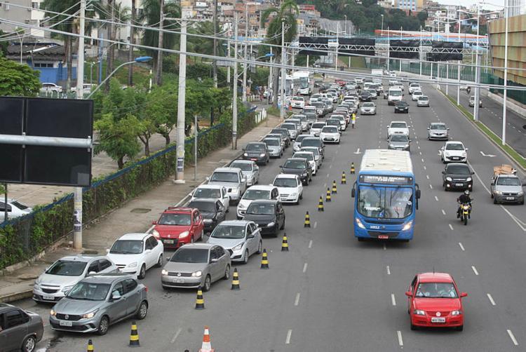 O tráfego apresenta lentidão nas regiões da avenida Tancredo Neves e Ligação Iguatemi-Paralela (LIP - Foto: Luciano da Matta | Ag. A TARDE