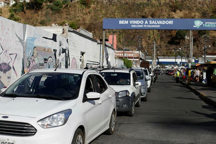 Fluxo de veículos em intenso no terminal São Joaquim em Salvador - Foto: Raul spinassé   Ag. A TARDE