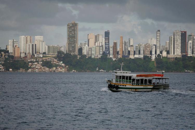 Travessia foi suspensa às 15h da última quinta, 6, por conta do tempo chuvoso - Foto: Luciano Carcará | Ag. A TARDE