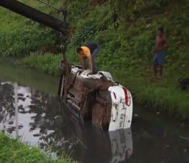 Carro caiu no córrego na altura da Embasa - Foto: Reprodução I TV Bahia