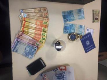 Policiais encontraram cerca de R$ 1.100 em cédulas de R$ 100 falsificadas, além de R$ 694 em notas verdadeiras e uma pequena porção de maconha - Foto: Reprodução | Acorda Cidade