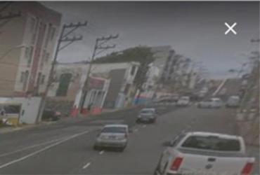 Motociclista fica ferido após colidir com carro em Amaralina   Reprodução I Google Street View