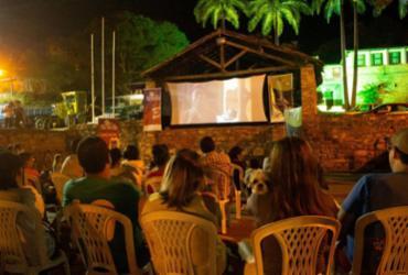 Projeto de cinema ao ar livre apresenta filme de inserção social