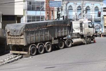 Caminhão com carga de 29t fica atravessado em ladeira | Uendel Galter I Ag. A TARDE