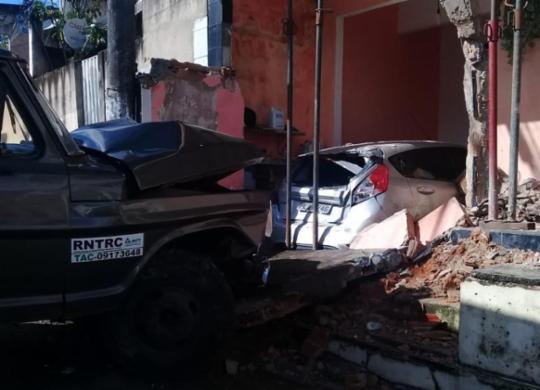 Caminhão invade imóvel em Plataforma após motorista perder o controle da direção | Divulgação I Codesal