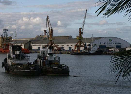 Embarcação com cinco tripulantes fica à deriva no Porto de Ilhéus   Joá Souza   Ag. A TARDE