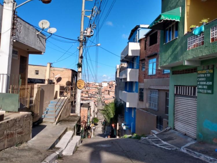 Revoltados, os moradores da rua Dr. João Carlos Cavalcanti agrediram Marcus (Foto: Nicolas Melo l Ag. A TARDE)