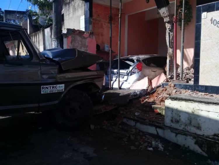 Carro que estava na garagem também foi atingido - Foto: Divulgação I Codesal