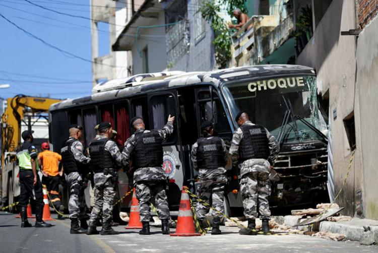 Veículo atingiu duas casas no bairro Santa Cruz - Foto: Raul Spinassé I Ag. A TARDE