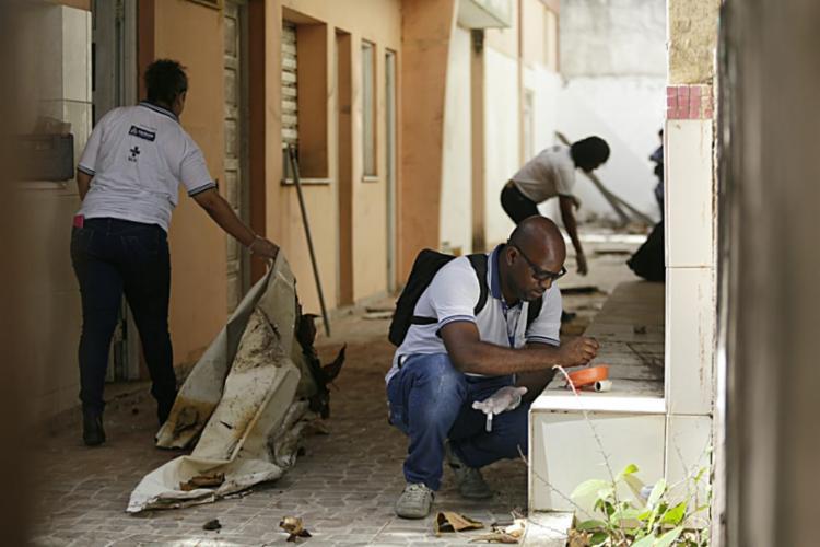 Agentes colhem amostras para analisar em laboratório - Foto: Raul Spinassé I Ag. A TARDE