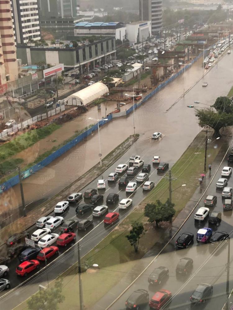 Região da avenida ACM é uma das mais afetadas pela chuva