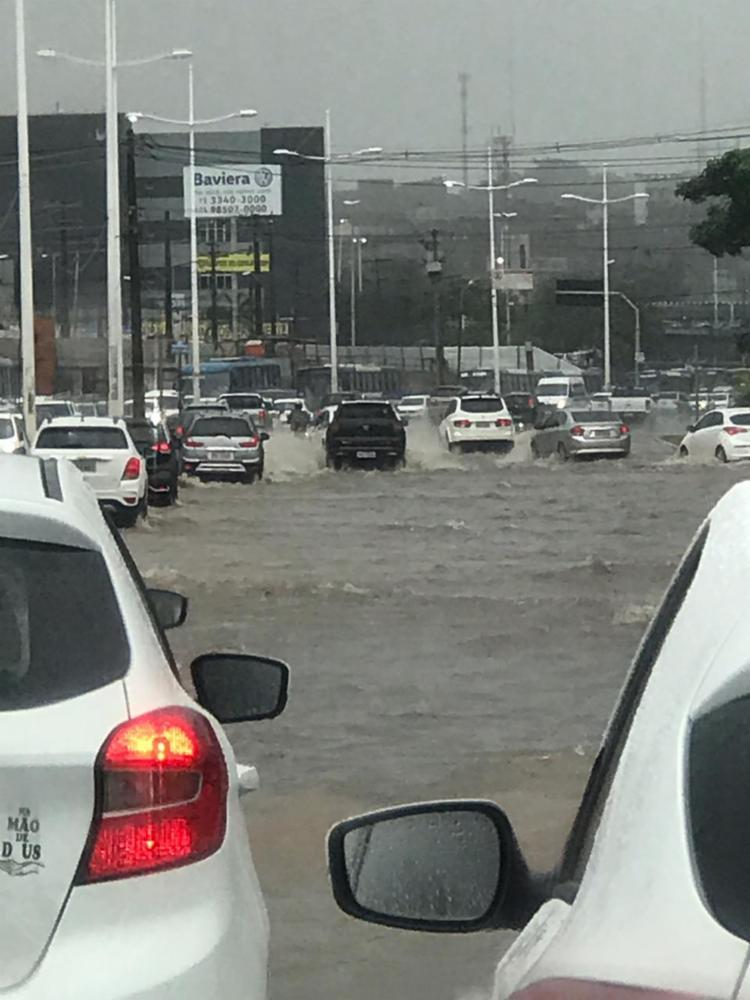 Chuva alagou a via, dificultando o tráfego dos veículos