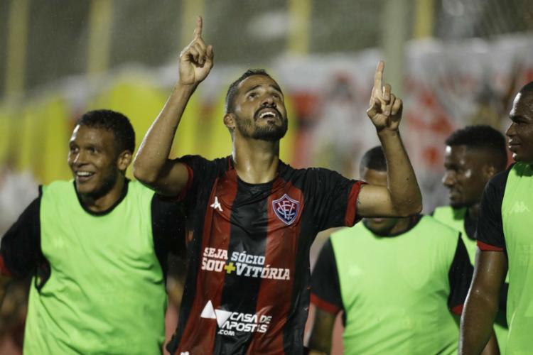 O atacante Anselmo Ramon, autor dos dois gols rubro-negros no Barradão, foi o grande destaque da partida - Foto: Adilton Venegoreles l Ag. A TARDE