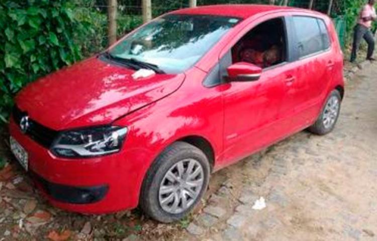 Homem foi alvejado no interior de um carro vermelho modelo Fox, com licença de Ilhéus - Foto: Reprodução | Ilhéus 24h