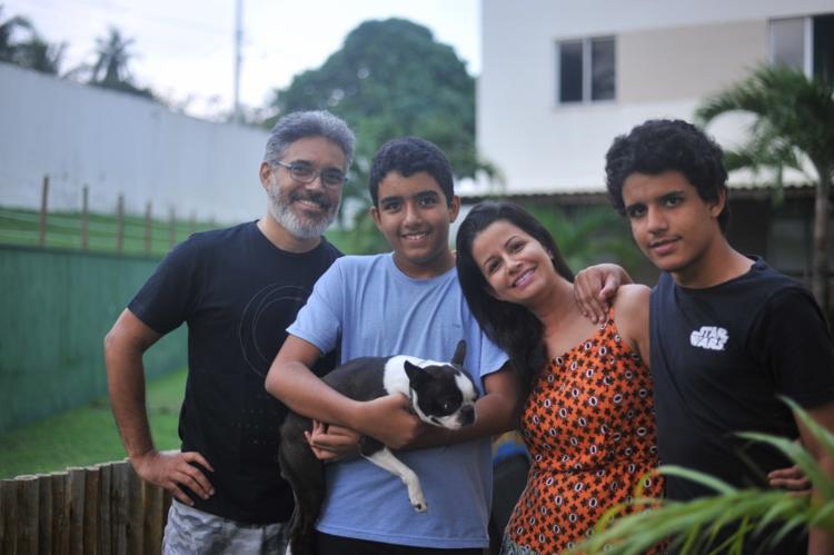 Cada membro da família dubla um personagem da série Auts - Foto: Felipe Iruatã | Ag. A TARDE