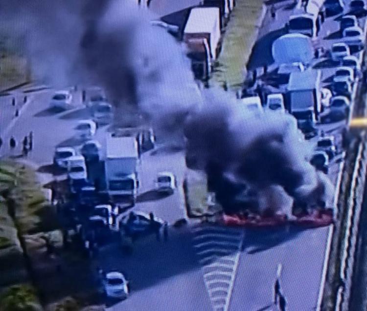 Manifestantes ateiam fogo em pneus - Foto: Reprodução | TV Record