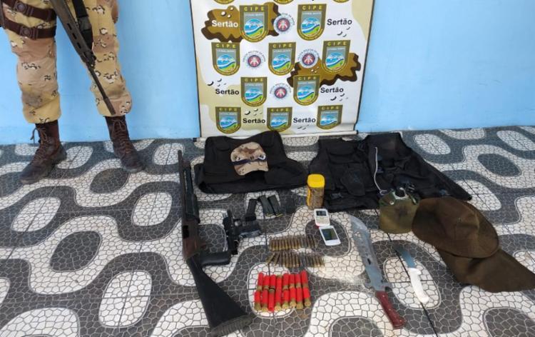Com o suspeito foram encontrados caros blindados, armas, munições e coletes - Foto: Divulgação | PRF
