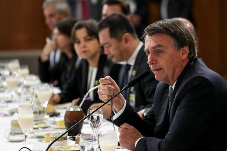 Conversa foi captada por microfones segundos antes de Bolsonaro sentar à mesa com jornalistas estrangeiros - Foto: Marcos Correa | AFP