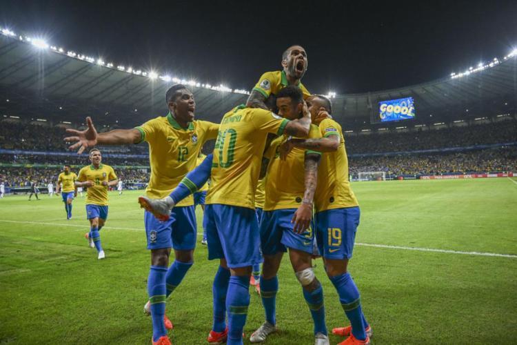 Jogadores da seleção comemoram após Gabriel Jesus abrir o placar - Foto: AFP