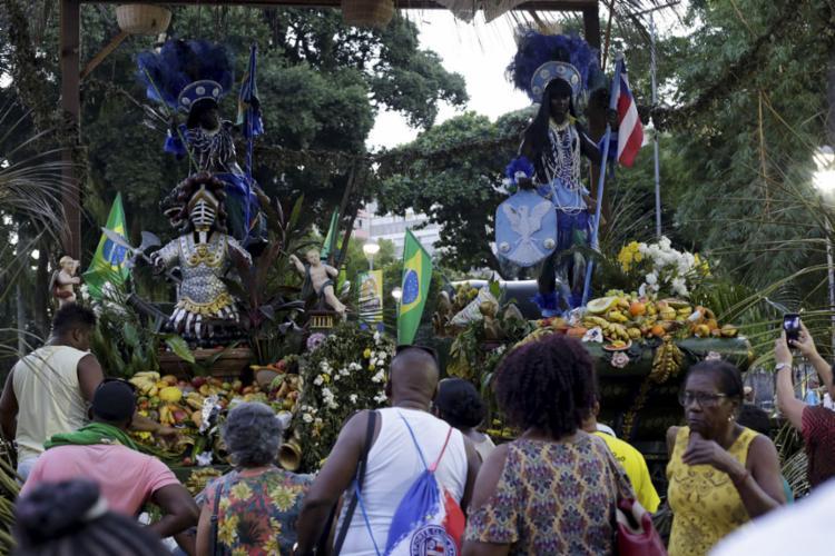 População fez trajeto do desfile cívico da Independência da Bahia, no sentido inverso, na volta das esculturas dos símbolos da festividade - Foto: Adilton Venegeroles l Ag. A TARDE