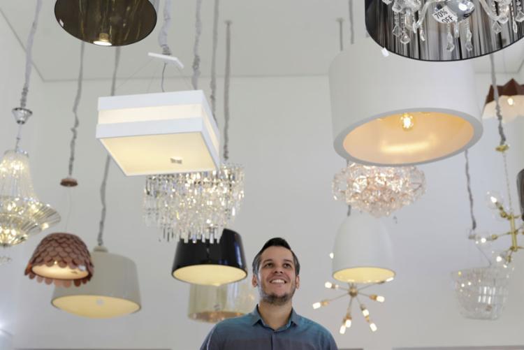 Arquiteto Rafael Ramalho destaca variedade de peças, entre lustres e pendentes, para atender a todo tipo de projeto luminotécnico - Foto: Raul Spinassé   Ag. A TARDE