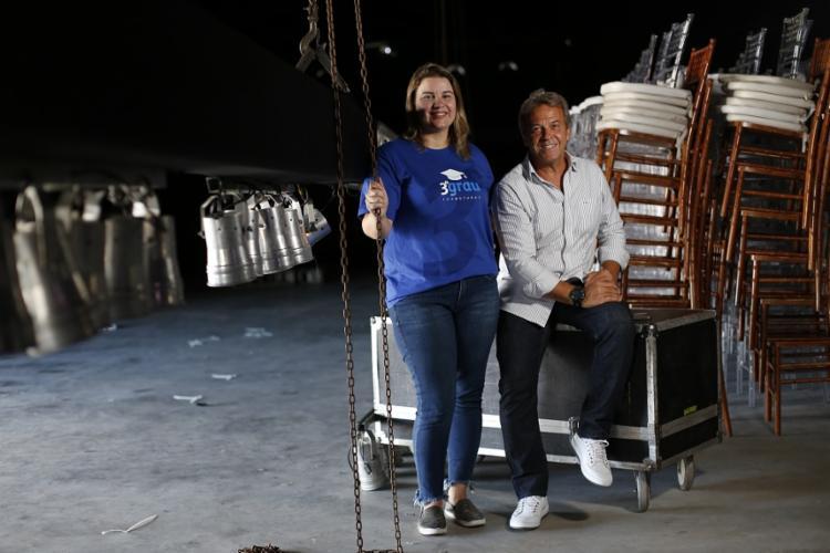 Emília Chaves e Hermes Carvalho, sócios da 3º Grau Formaturas, falam dos preços para alugar espaços para evento em Salvador | Foto: Raul Spinassé | Ag. A TARDE