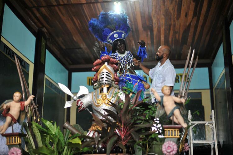 Caboclos receberam roupas em branco e azul, para homenagear a banda da Bahia - Foto: Felipe Iruatã | Ag. A TARDE