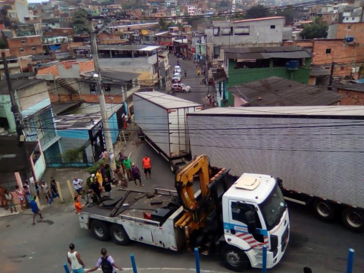 Carreta ficou presa ao fazer a curva na rua - Foto: Joá Souza | Ag. A TARDE