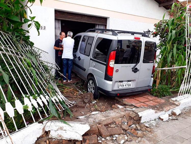 Veículo derrubou grades e paredes do imóvel - Foto: Aldo Matos | Acorda Cidade