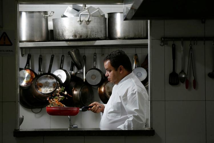Com 20 anos de profissão, o chef Joelson Peixinho estudou no Senac - Foto: Rafael Martins I Ag. A TARDE